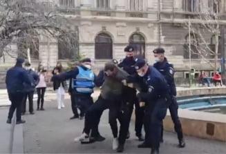 UPDATE VIDEO Proteste in Bucuresti si in marile orase fata de noile restrictii. Oamenii reclama dictatura medicala si dau foc mastilor de protectie. Incidente in Piata Victoriei