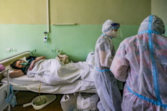 """Ucraina, îngenuncheată de valul patru al pandemiei. """"Avem foarte puţini oameni vaccinaţi pentru a-l controla şi suntem aproape de o explozie"""""""