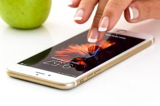 Uitati de iPhone X: Apple lanseaza in acest an un telefon mai ieftin, cu ecran mai mare