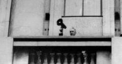 """Ultima fotografie cu Ceausescu in Bucuresti. Dictatorul a incercat sa-i calmeze pe oamenii care aruncau cu lemne si pietre. Elena urla de frica: """"Nicule, Nicule, hai!"""""""