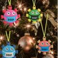 Umor negru în pandemie: au apărut decorațiunile de Crăciun tip COVID și jucăriile-bacterie