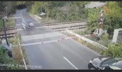 Un șofer a rupt barierele lăsate cu puțin timp înainte de trecerea trenului. Incident șocant filmat în județul Ilfov VIDEO
