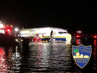 Un Boeing 737 a ratat aterizarea si a ajuns intr-un rau: 21 de oameni au fost raniti (Foto)