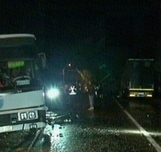 Un TIR a intrat intr-un microbuz cu navetisti de la Dacia Pitesti: 12 raniti