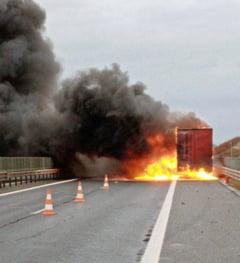 Un TIR incarcat cu seminte a luat foc pe autostrada A1, in Timis
