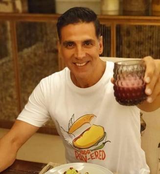 Un actor celebru de la Bollywood spune ca bea urina de vaca in fiecare zi din motive terapeutice