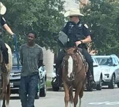 Un afro-american pe care politisti calare l-au tinut legat cu o franghie cere daune morale de un milion de dolari