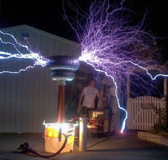 Un australian se joaca cu fulgerele in curtea casei