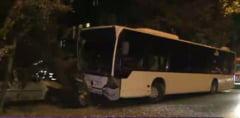 Un autobuz RATB a lovit doua masini si un copac: trei raniti
