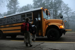 Un autobuz scolar plin de copii a cazut intr-o prapastie de 60 de metri in India