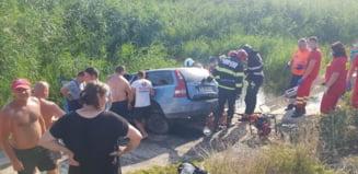 Un autoturism a căzut în baraj într-o localitatea aflată sub cod roşu de furtună. Două persoane sunt inconștiente