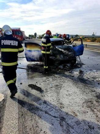 Un autoturism a luat foc pe autostrada București-Pitești după ce s-a ciocnit cu un autocar plin cu turiști