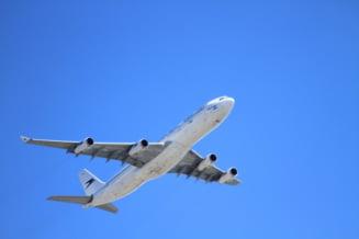 Un avion a aterizat de urgenta la Roma, dupa ce i-au cazut fragmente din motor. S-a deschis o ancheta