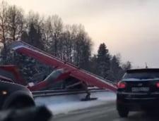 Un avion a aterizat de urgenta pe o autostrada aglomerata de langa Moscova (Video)