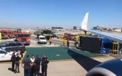 Un avion plin cu pasageri a intrat intr-o masina pe un aeroport din Los Angeles (Video)