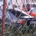 Un bărbat a distrus cu toporul mașina tatălui său. Autoturismul se afla într-o parcare din Râmnicu Vâlcea VIDEO