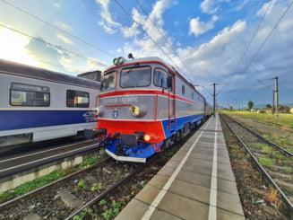 Un bărbat care mergea către București cu trenul a murit pe o banchetă. Soția acestuia credea că doarme