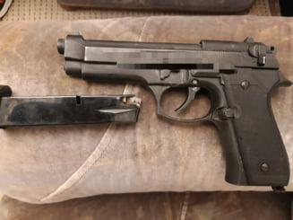 Un bărbat din Băilești a amenințat o tânără cu pistolul în plină stradă. Arma a fost cumpărată de agresor din Italia