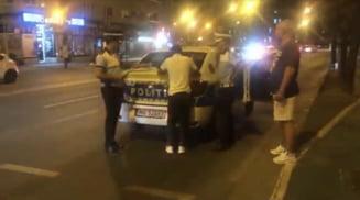 """Un bărbat din Timișoara, beat și fără permis, implicat într-un accident. """"Fără numere de înmatriculare, numerele sunt expirate, omule!"""" VIDEO"""
