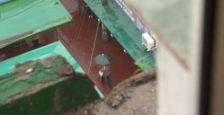 Un balcon din Berceni a cazut de la etajul 10 si a distrus o masina