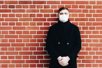 Un barbat a fost declarat pozitiv pentru infectia cu COVID-19, fara sa fie testat. El era in carantina, pentru ca a venit dintr-o tara din zona galbena