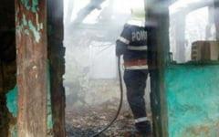Un barbat a fost gasit carbonizat intr-o casa care a ars. Pompierii cred ca a adormit cu tigara aprinsa