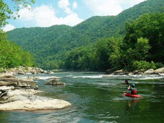 Un barbat a murit dupa ce a cazut in raul Jiu dintr-o barca: Era instructor de rafting