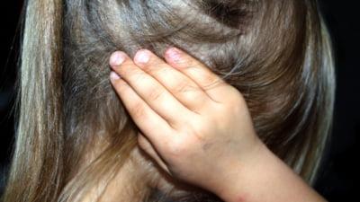 Un barbat acuzat ca a sechestrat o fata de 13 ani pe care a violat-o in mod repetat a fost arestat. Initial, judecatorii l-au lasat in libertate