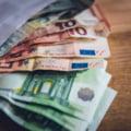 Un barbat care a cerut de la o persoana judecata intr-un dosar 600.000 de euro, promitand ca poate obtine de la magistrati achitarea, retinut