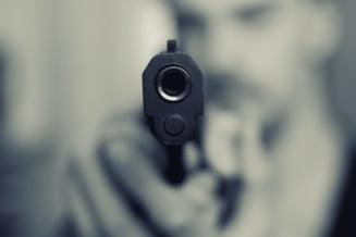 Un barbat care a tras cu pistolul intr-un centru comercial din Voluntari, cautat de politisti