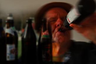 Un barbat care bea in fata unei biserici a sunat la 112 sa reclame ca i-a fost furata sticla cu alcool. Reactia autoritatilor