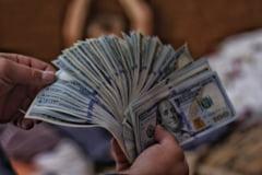 Un barbat de 41 de ani si-a dat parintii in judecata pe motiv ca nu-i mai dau bani de buzunar