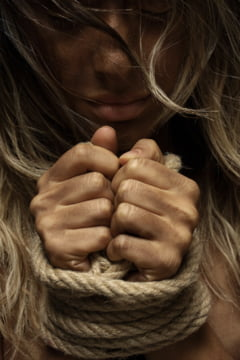 Un barbat de 41 de ani si-a violat fiica, drept pedeapsa ca a povestit politiei despre bataile crunte pe care le incasa
