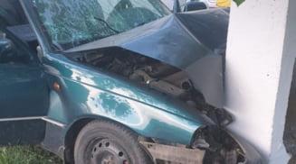 Un barbat din Babiciu, mort dupa ce a intrat cu autoturismul intr-un stalp electric la Gostavatu