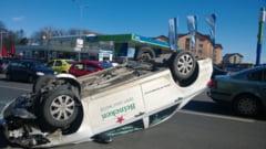 Un barbat din Botosani s-a rasturnat pe cupola masinii dupa ce a intrat intr-un taximetru in Obcine