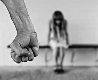 Un barbat din Husi si-a violat in repetate randuri fata in varsta de 13 ani, care suferea de un handicap mintal accentuat