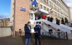 Un barbat din Iasi a gasit 5.000 de euro uitati intr-un bancomat. Ai cui erau, de fapt, banii