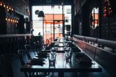 Un barbat din Suceava a reclamat la 112 un restaurant deschis dupa miezul noptii, dupa ce a mancat acolo si plecat acasa