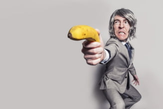 Un barbat fara adapost a jefuit o banca cu o banana ca sa ajunga la inchisoare