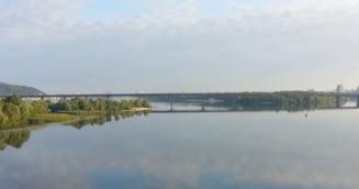 Un barbat inarmat ameninta ca va arunca in aer un pod din Kiev
