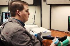 Un barbat paralizat a reusit sa isi miste mana datorita unui microcip implantat in creier