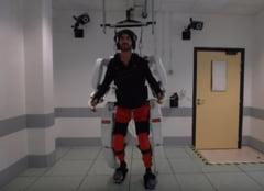 Un barbat paralizat a reusit sa mearga folosind un costum robotizat controlat de creier (Video)