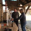 Un britanic stabilit in Transilvania produce dezinfectant in gospodarie si il imparte gratuit satenilor