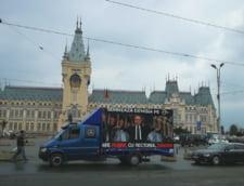 """Un camion cu un banner pe care scrie """"Mi-e rusine cu rectorul Toader"""" se plimba prin Iasi"""