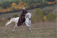 Un cavaler in armura medievala reface drumul dintre Tarile Romane si Transilvania