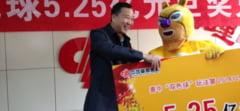 Un chinez care a castigat o suma uriasa la loto si-a ridicat banii imbracat in urs