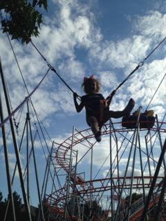 Un copil a cazut de pe o trambulina elastica la Mamaia. Spatiile de joaca sunt acum controlate