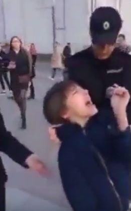 Un copil care recita poezii pe o strada din centrul Moscovei a fost arestat. Rusii sunt socati (Video)