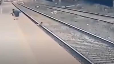 Un copil cazut pe sina de cale ferata a fost salvat din fata trenului. Eroul a aparut de nicaieri VIDEO