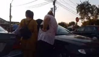 Un copil de 4 ani lasat de parinti in masina, eliberat cu un levier dupa ce vehiculul s-a blocat (Video)